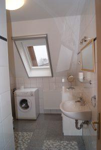 Helles Tageslicht-Bad mit Dusche & Waschmaschine