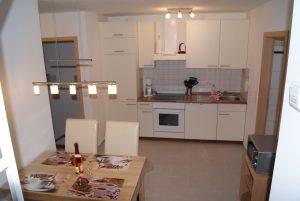Vollständig eingerichtete Küche mit Essbereich