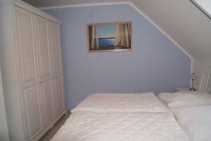 Schlafzimmer 1 mit Stauraum, Fernseher & Doppelbett