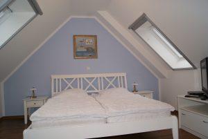Schlafzimmer 2 im Spitzboden mit Stauraum, Fernseher & Doppelbett